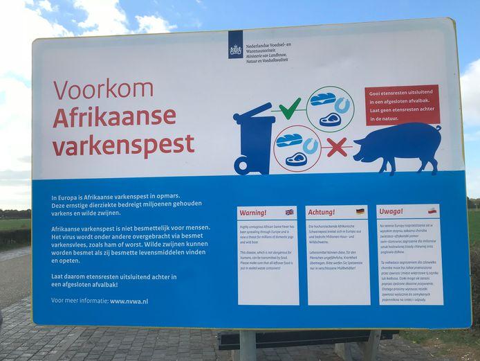 Chauffeurs worden op parkeerplaaten bij vliegbasis Volkel in vier talen gewaarschuwd voor de Afrikaanse varkenspest