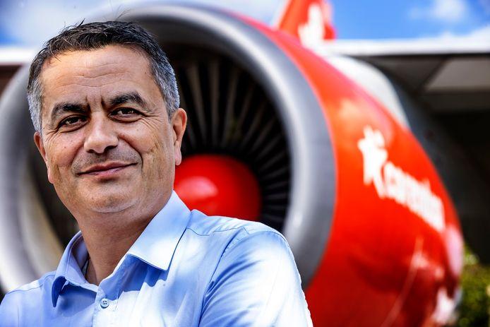 Portret van CEO van Corendon Atilay Uslu voor de Boeing in de tuin van het Corendon Village Hotel, het grootste hotel van de Benelux