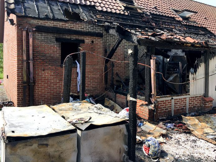 Archiefbeeld uit mei 2017: de Laarhoeve in Berlaar brandt uit.