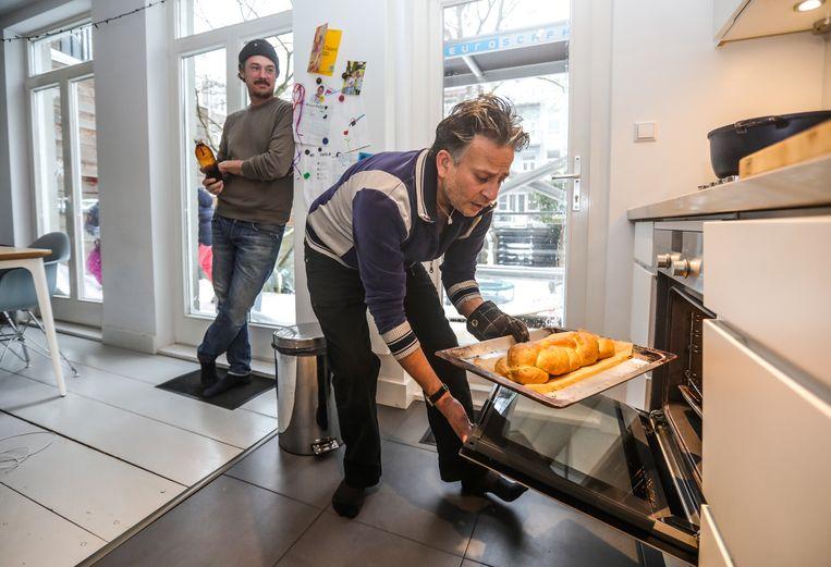 Gilles van der Loo en Nick De Freitas maken pepper pot. Beeld Eva Plevier