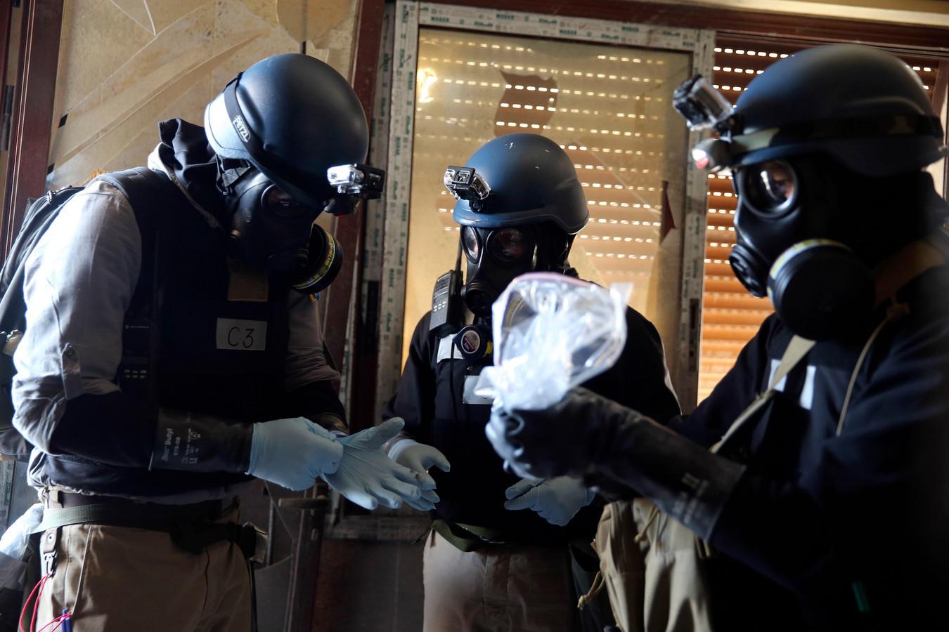 Experts in beschermende pakken verwijderden het middel uit de woning. Foto ter illustratie.