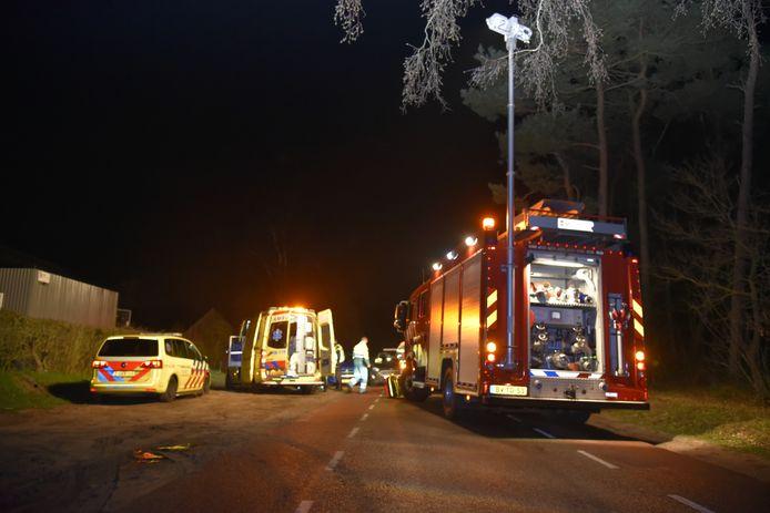 Bij een ongeluk tussen een personenauto en een lesauto op de Hessebergseweg in Overasselt zijn drie mensen bekneld geraakt.