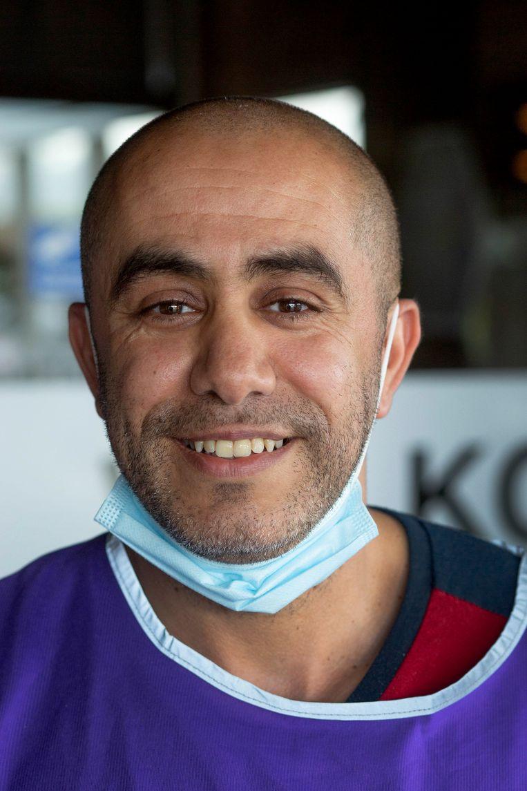 Nordin Azahaf is triagist op de GGD-priklocatie in de sporthal in Uitgeest.  Beeld Maartje Geels