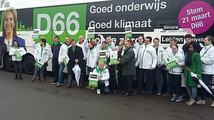 De D66-bus is net in Beuningen aangekomen.
