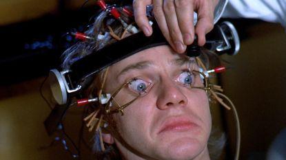 """Malcolm McDowell over die bewuste scène uit 'A Clockwork Orange': """"Mijn ogen deden zoveel pijn dat ik met mijn hoofd tegen de muur bonkte"""""""