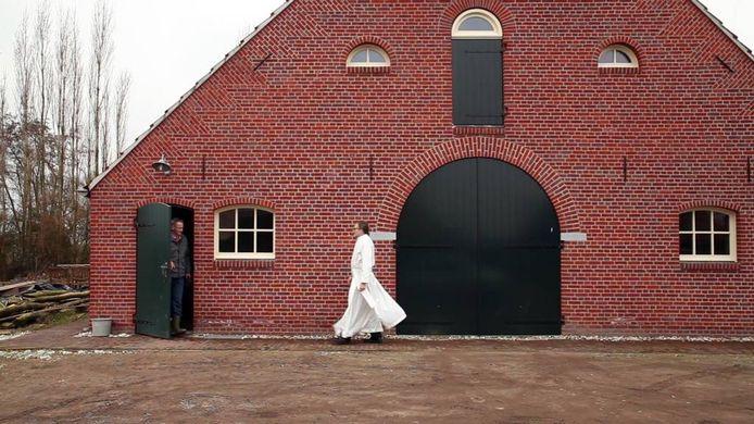 Still uit de film De Pauw en de Pelikaan die straks de hele zomer draait in een Vlaamse schuur bij kloosterboerderij De Pelicaenhoeve.