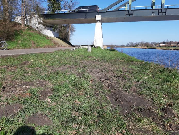 De plek op de oever van het kanaal waar de auto op de kop tot stilstand kwam.