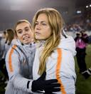 Jill Roord (l) en Anouk Dekker na de wedstrijd.
