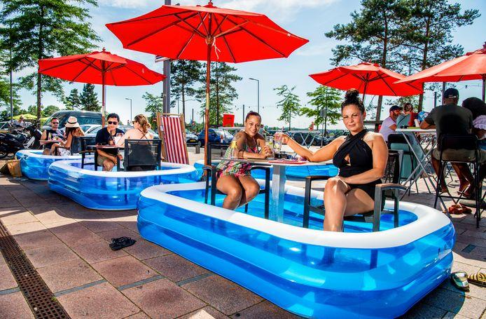 Zwembadjes op het terras bij Lookies in Rotterdam Nesselande, mensen kunnen op 1,5 meter in hun eigen zwembad verkoeling zoeken en genieten van een drankje.