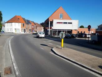 Oversteekplaats voor voetgangers op hoek van Acacialaan en Godveerdegemstraat