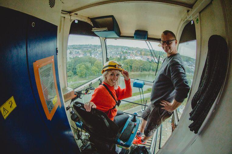Heidi Van Tielen met kraanman Erik in de cabine van zijn kraan.