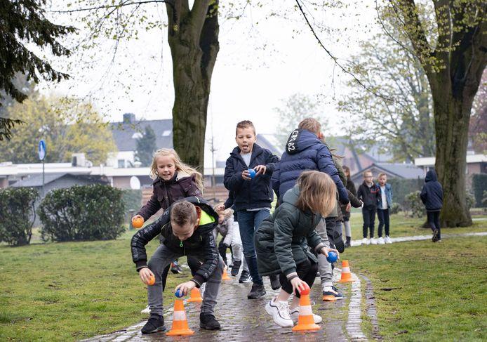 De kinderen van de basisschool in Liessel doen enthousiast mee aan  het spel.