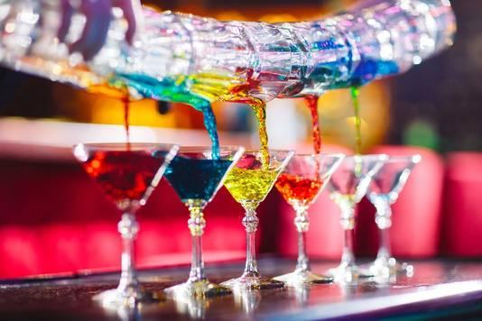 Met De Thuisborrel Club kun je zelf cocktails maken met behulp van verschillende bartenders.