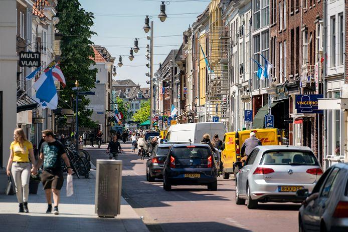 Bewoners rondom de Hinthamerstraat klagen over overlast van teveel verkeer, bezoek van coffeeshops met draaiende motoren en van mensen die daar wat rondhangen overdag en 's avonds. De politiek neemt maatregelen.