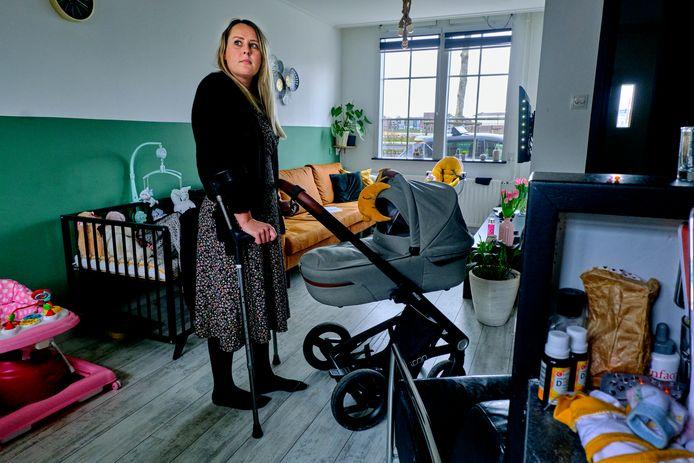 Chantal Hermsen is aan huis gekluisterd, nadat een bacterie haar heup aantastte.