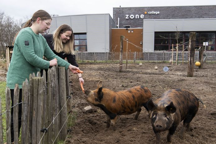 Roos Assinck (links) en Iris Emsbroek, leerlingen van het Zone College.