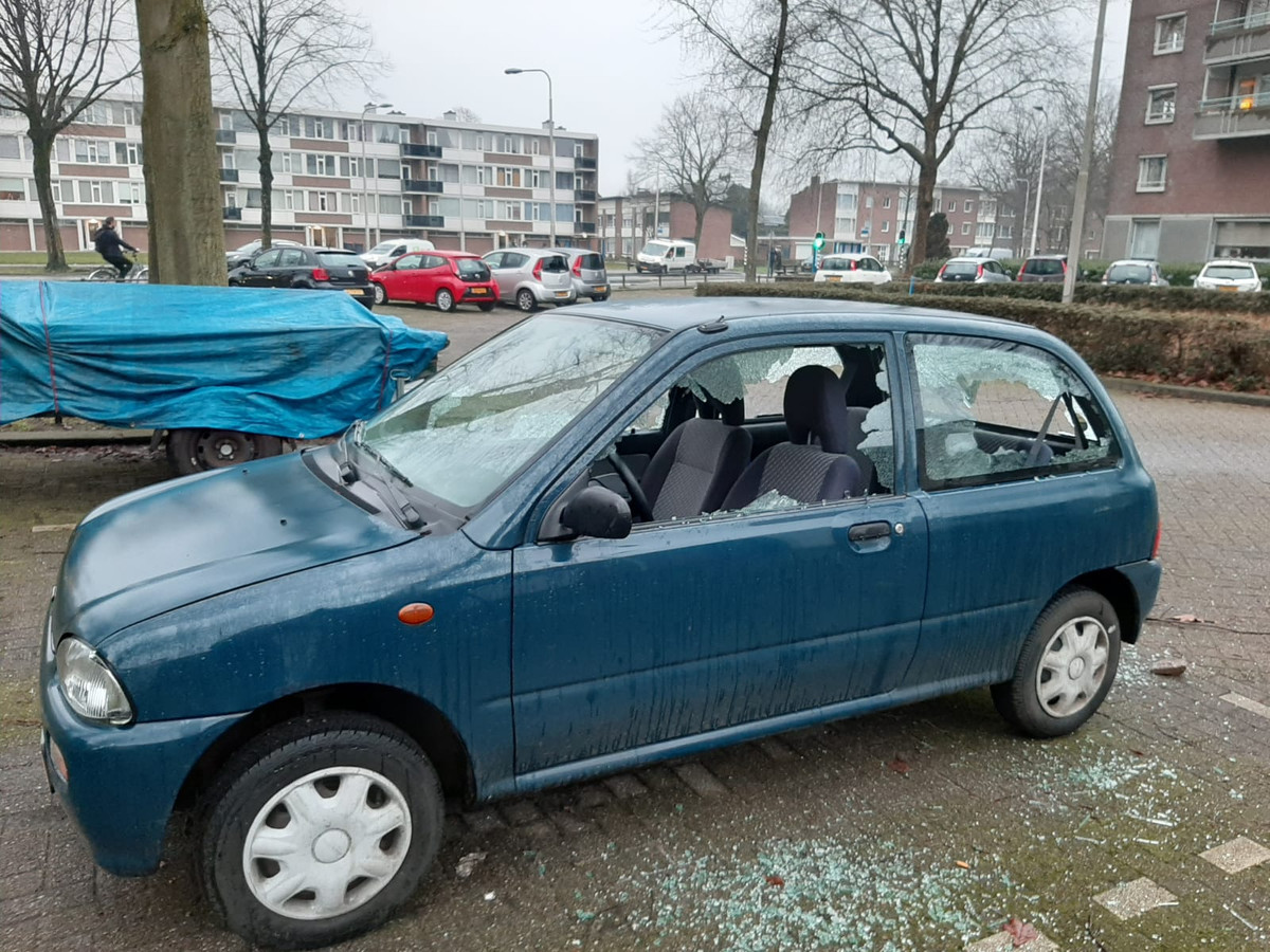 Een auto aan de Postelse Hoeflaan is flink beschadigd na de rellen in Tilburg, het is niet de auto van Tonnie van Gestel.