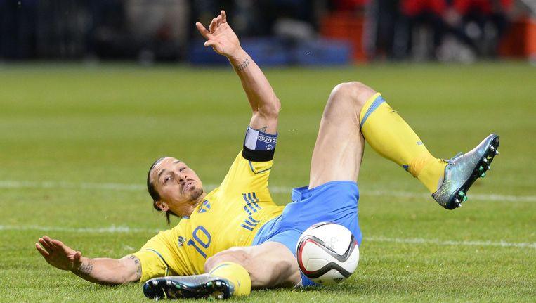 Zlatan Ibrahimovic valt tijdens de voetbalwedstrijd tussen Zweden en Denemarken in Solna. Beeld afp