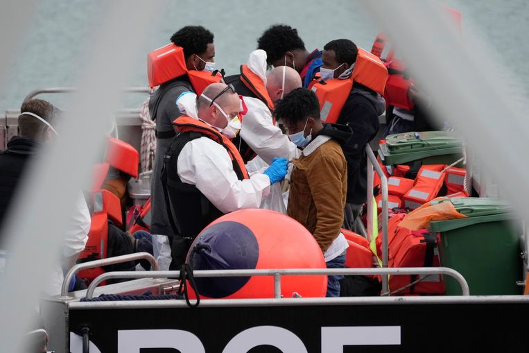 828 mensen werden zaterdag onderschept door de Britse grenswacht.  Beeld AP