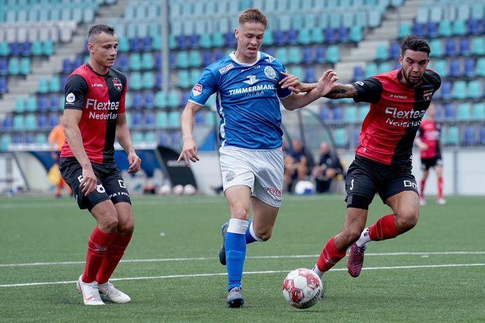 Ringo Meerveld (midden) namens FC Den Bosch in actie tegen De Treffers.