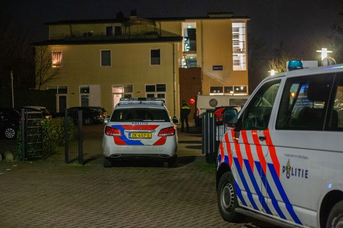 Politie bij de woning in Vinkeveen.