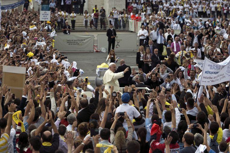 Paus Franciscus op het Moeder Teresaplein in Tirana, de hoofdstad van Albanië. Beeld ap