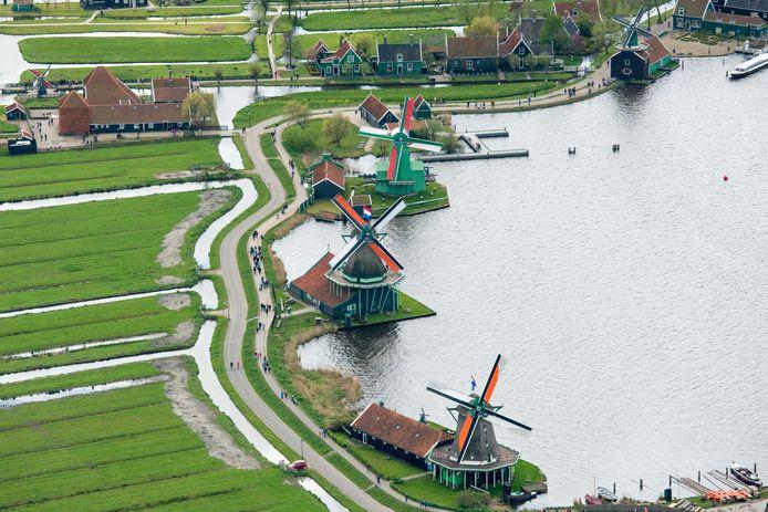 De molens langs de Zaanse Schans op Koningsdag.