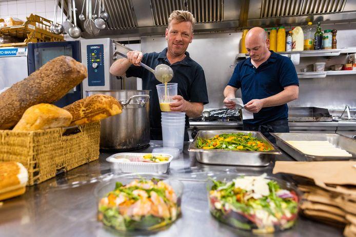Castle City Chef kok Rick Vermeulen bezig met de maaltijdboxen voor Pasen, Ronald Meysen heeft weer een hele rits nieuwe bonnetjes.