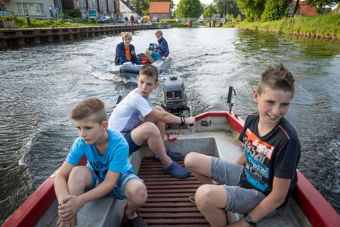 John, Bert en Rick van der Scheer mogen weer zonder vergunning het water op.