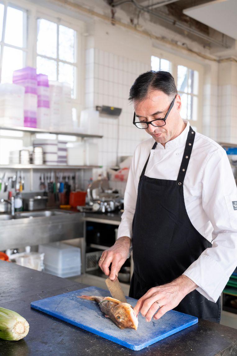 Iwan Driessen met een rode poon in de keuken van Rijsel. Beeld Els Zweerink