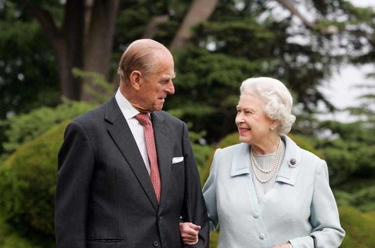 Elizabeth II en haar man Philip in 2007, tijdens hun diamanten huwelijk.  Beeld Brunopress