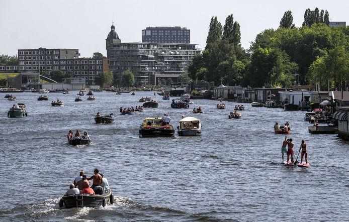Pleziervaart op de Amstel. Om enigszins aan de hitte te ontsnappen wordt massaal het water opgezocht.