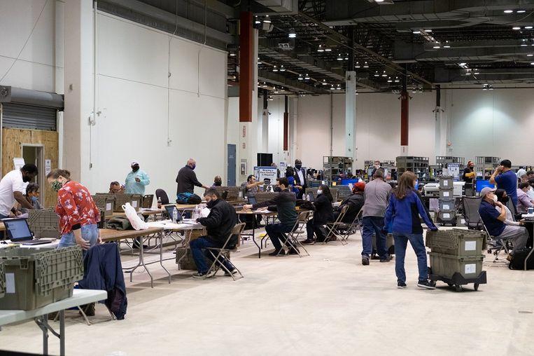 Stemmentellers aan het werk in de NRG Arena Beeld Eline van Nes