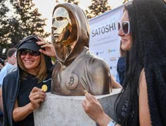 Standbeeld van bitcoin-uitvinder Satoshi Nakamoto onthuld in Boedapest