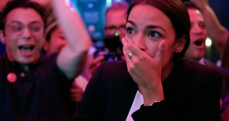 Alexandria Ocasio-Cortez in een scène uit de documentaire Knock Down the House, die op 1 mei in première ging op Netflix. Beeld AP