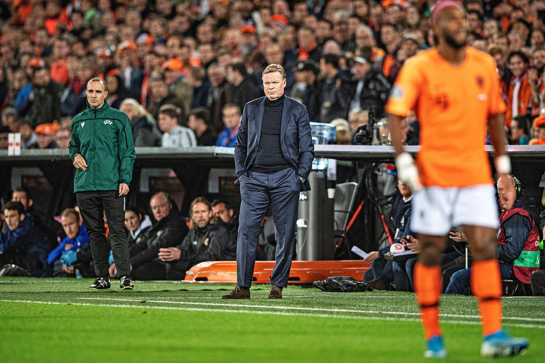 Ronald Koeman langs de lijn in de eerste helft tegen Noord-Ierland, tijdens een EK-kwalificatiewedstrijd in 2019. Beeld Guus Dubbelman / de Volkskrant