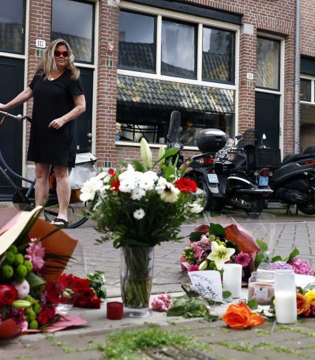 Bloemen en kaarsjes in Lange Leidsedwarsstraat na aanslag op Peter R. de Vries