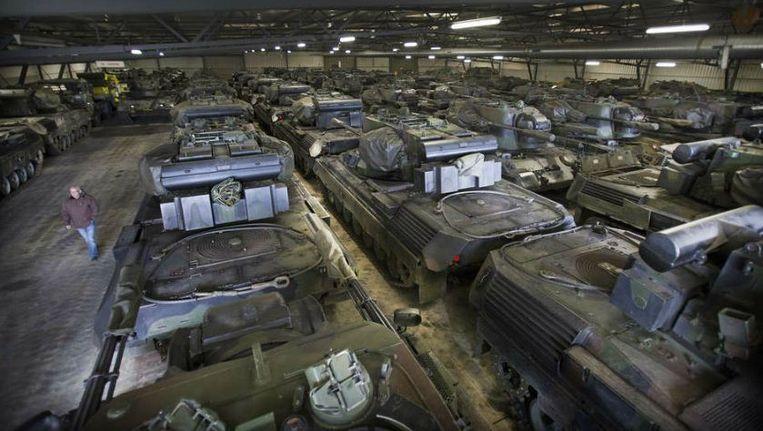 In een loods in Almelo staan 'Pruttels', tanks die zijn verkocht aan Jordanië. Voor de Leopards is nog geen koper gevonden. Beeld Henk Visscher, RD