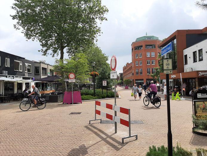 Het centrale deel van de Grotestraat is deze zomervakantie het domein van voetgangers en fietsers.