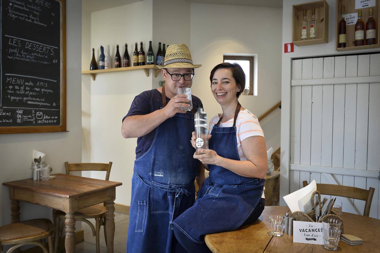 Martijn Luinstra en Virginie Maes stellen de nieuwe gin voor.