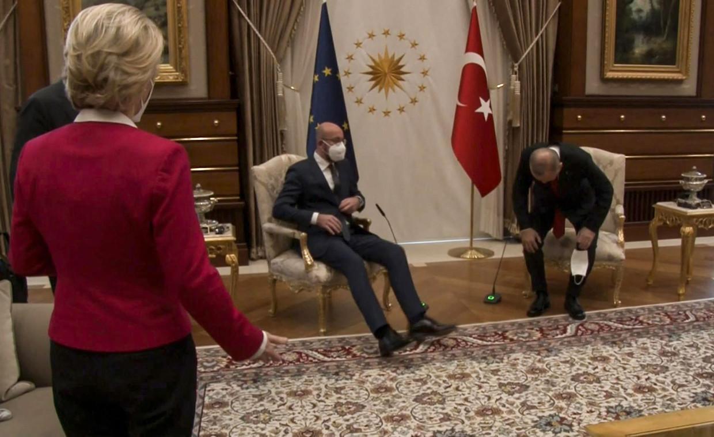 Op dit beeld uit een video-opname is te zien hoe EU-commissievoorzitter Ursula von der Leyen verbaasd toekijkt hoe de Turkse president Erdogan (rechts) en EU-raadsvoorzitter Michel gaan zitten op de enige twee klaargezette stoelen. Zijzelf zal iets verderop moeten plaatsnemen, op een sofa.  Beeld AFP