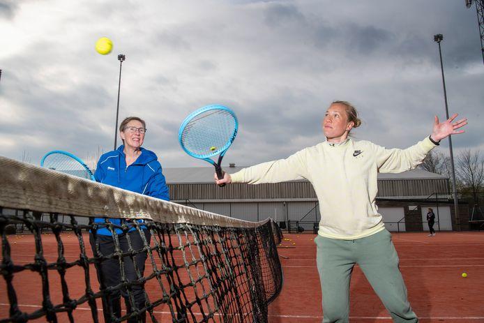 Cynthia Dekker (rechts) is een van de trainers van OldStars. Hier staat ze op de baan met organisator Jeannette Metsemakers.
