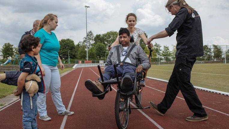 Shantha Janssen, voor op de Pinofiets bij zijn nicht Kim Walravens; links staat Lieke Walravens Beeld Marc Driessen
