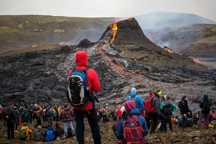 Veel wandelaars trokken afgelopen weekend naar de IJslandse vulkaan Fagradalsfjall om met hun eigen ogen de natuurpracht van de uitbarsting te zien.
