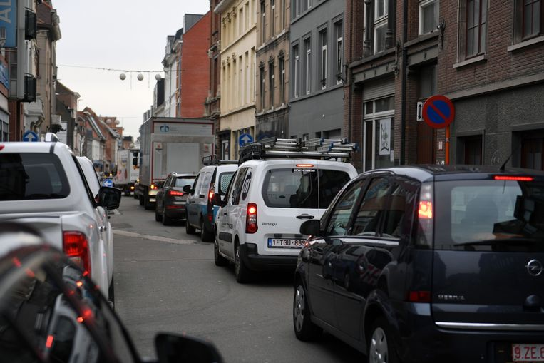 Zinkgat in Tiensestraat in Leuven, met file tot gevolg
