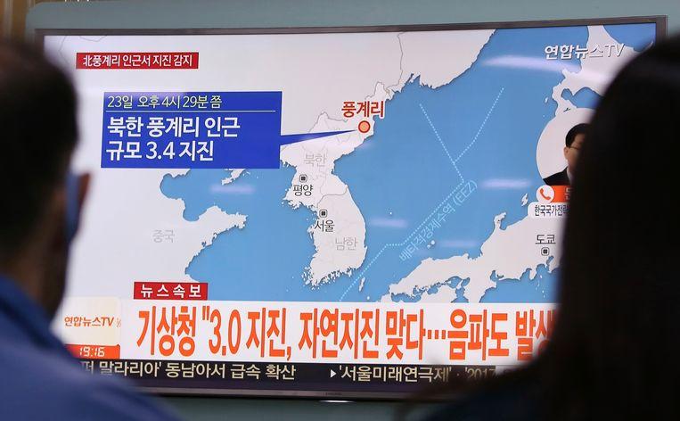 Zuid-Koreanen volgen het nieuws over een aardbeving in Noord-Korea op tv. Mogelijk werd die aardbeving veroorzaakt door een nucleaire test. Beeld ap