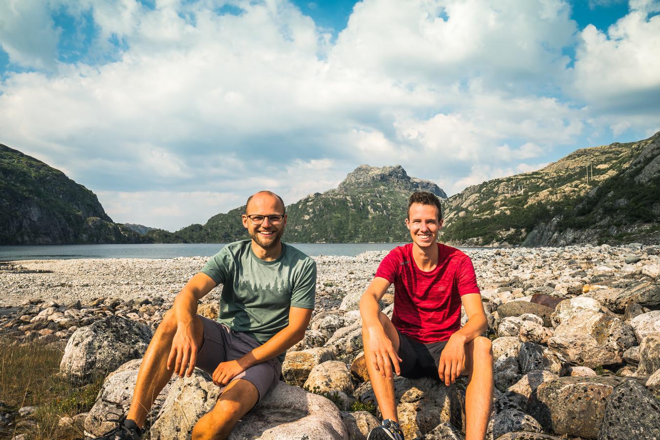 Tobias (links) en Sven (rechts), die normaal gesproken in de Twentse festivalwereld werkt.