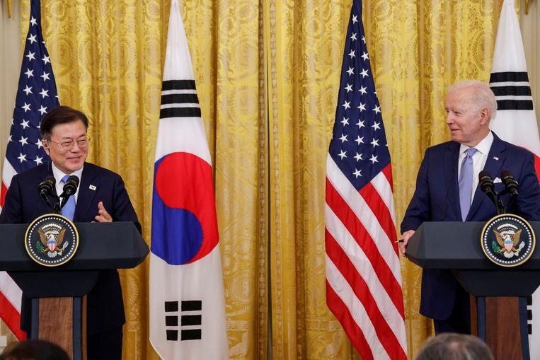De Amerikaanse president Joe Biden (rechts) met zijn Zuid-Koreaanse ambtsgenoot Moon Jae-in tijdens een gezamenlijke persconferentie na hun ontmoeting in het Witte Huis. Beeld REUTERS