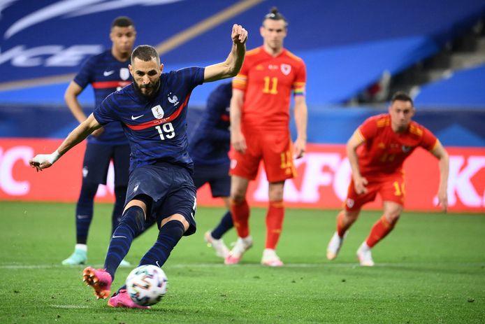 Karim Benzema ziet zijn strafschop gestopt door Wales-doelman Danny Ward.
