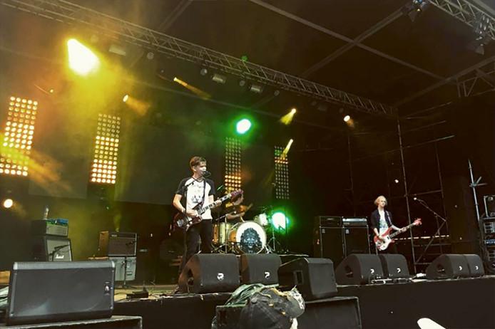 Het rocktrio Duke John uit Bergen op Zoom, winnaars van de regionale voorronde, trapte om 14:30 uur het festival af Foto BredaBarst Instagram